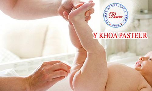 Nữ hộ sinh hướng dẫn chăm sóc bộ phận sinh dục bé nam đúng cách