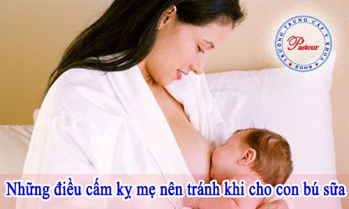 Nữ hộ sinh hướng dẫn mẹ nên tránh 10 điều sau khi cho con bú