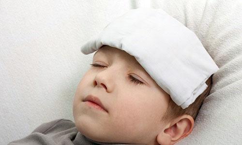 Nữ hộ sinh hướng dẫn cách xử trí khi trẻ bị sốt tại nhà