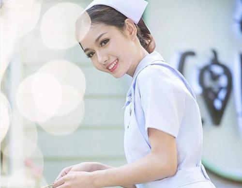 Nữ hộ sinh làm việc tại bệnh viện
