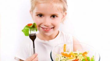 Cung cấp đầy đủ rau quả cho bé trong thực đơn