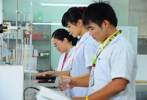 Sinh viên ngành Dược được học tập qua những buổi thực hành