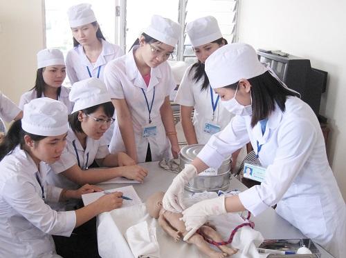 Sinh viên Liên thông Cao đẳng Điều dưỡng trong giờ học thực hành