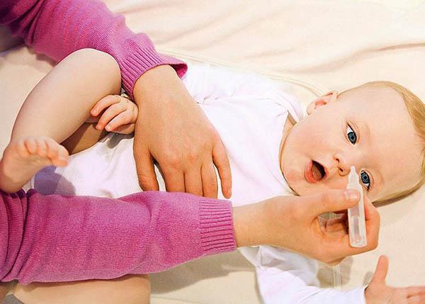Dùng nước muối sinh lý vệ sinh mũi thường xuyên cho trẻ